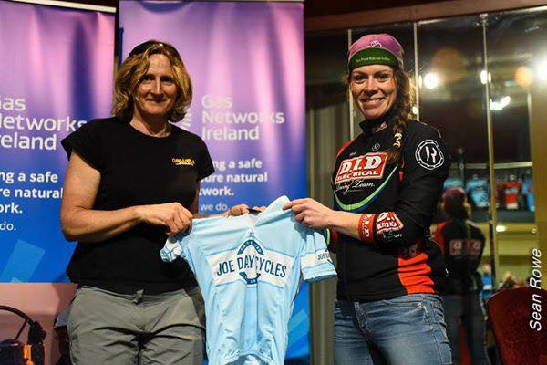 Orla Tansey presents Aideen Keenan with the Joe Daly Cycles National League leader's jersey