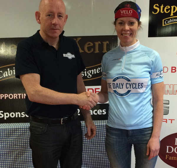 David Tansey, Joe Daly Cycles, presents Aideen Keenan with Womens National League leader jersey